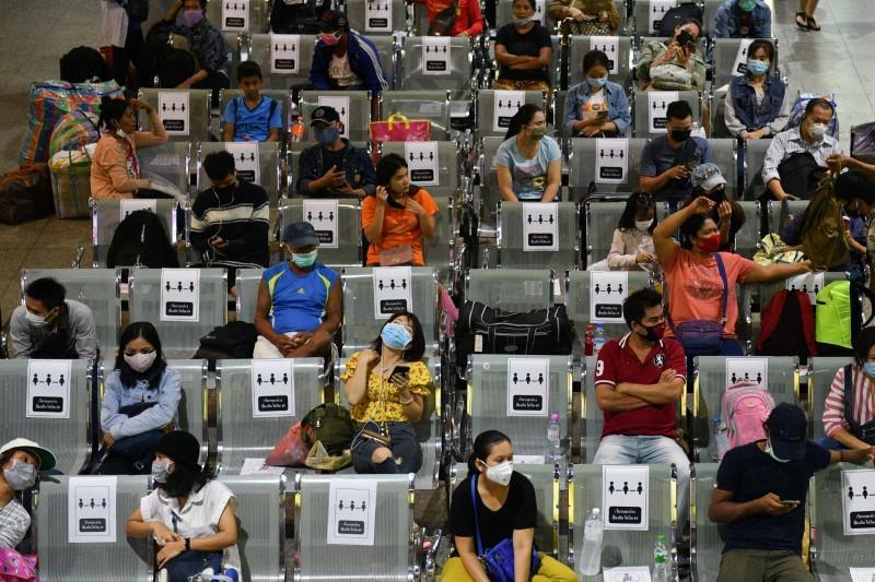 Workers leave as Thailand steps up measures against coronavirus