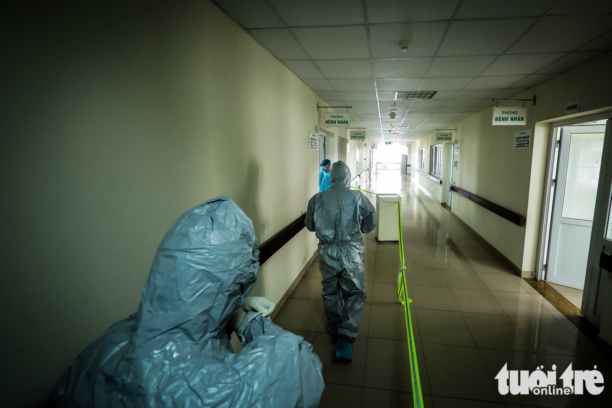Doctors wear protective suits while treating COVID-19 patients at the National Hospital for Tropical Diseases in Dong Anh District in Hanoi, Vietnam. Photo: Nguyen Khanh / Tuoi Tre