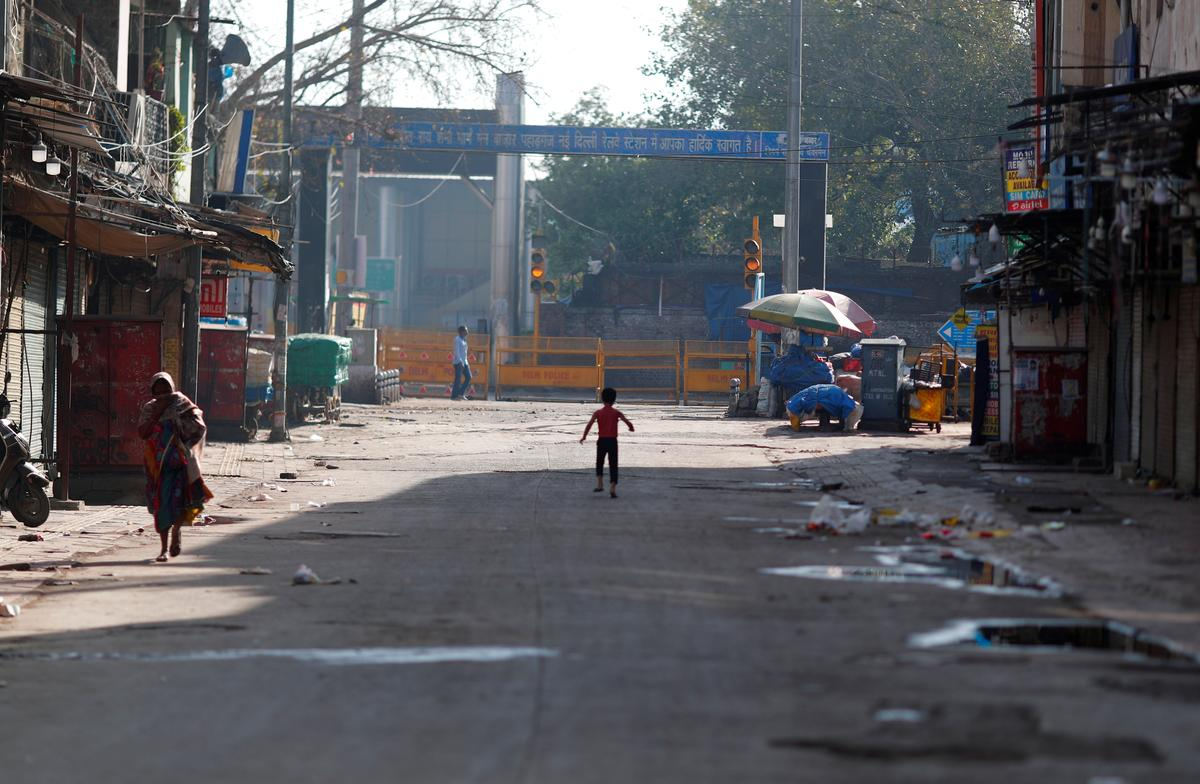 A boy plays on a near-empty street during a lockdown amid a coronavirus disease (COVID-19) outbreak in New Delhi, India, March 25, 2020. Photo: Reuters