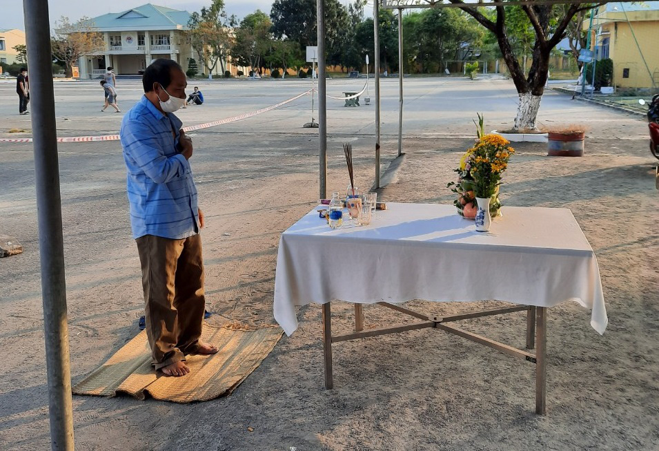 Man builds makeshift altar inside Vietnam quarantine camp to mourn father's death