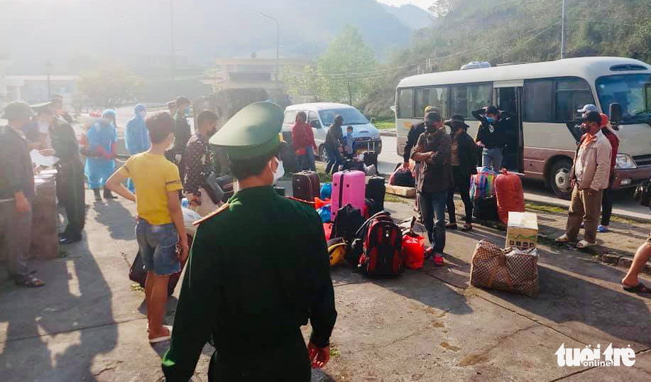 Citizens returning from Laos are brought to a quarantine camp in Nghe An Province, Vietnam, March 26, 2020. Photo: Le Thach / Tuoi Tre