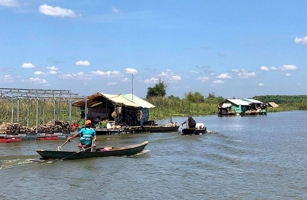 Returnees from Cambodia's Tonle Sap barely afloat in Vietnam