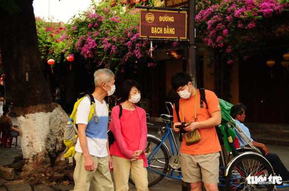 Tourists are seen with their face masks on while visiting the central city of Hoi An on March 17, 2020. Photo: B.D/ Tuoi Tre