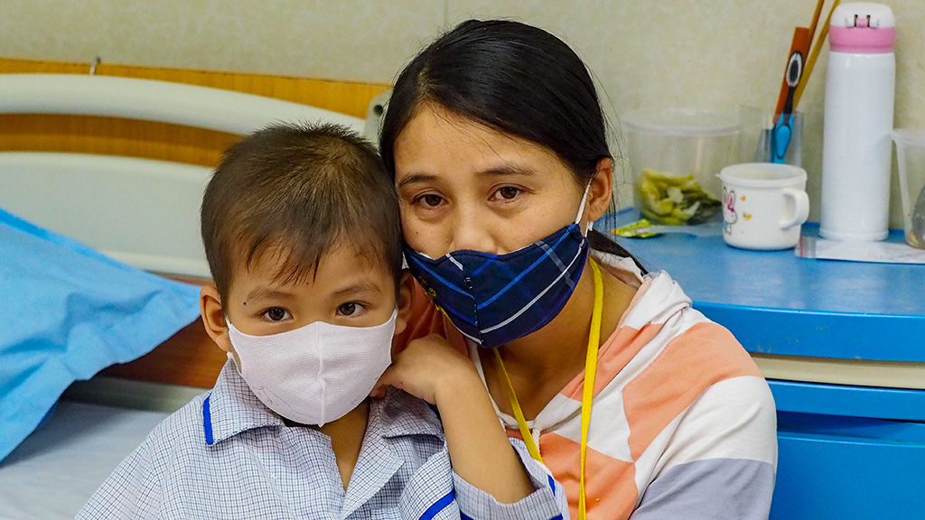Hoang Thi Loan (right) with her son, a seven-year-old suffering form Thalassemia, at the Hanoi-based National Institute of Hematology and Blood Transfusion. Photo: Vu Tuan / Tuoi Tre.