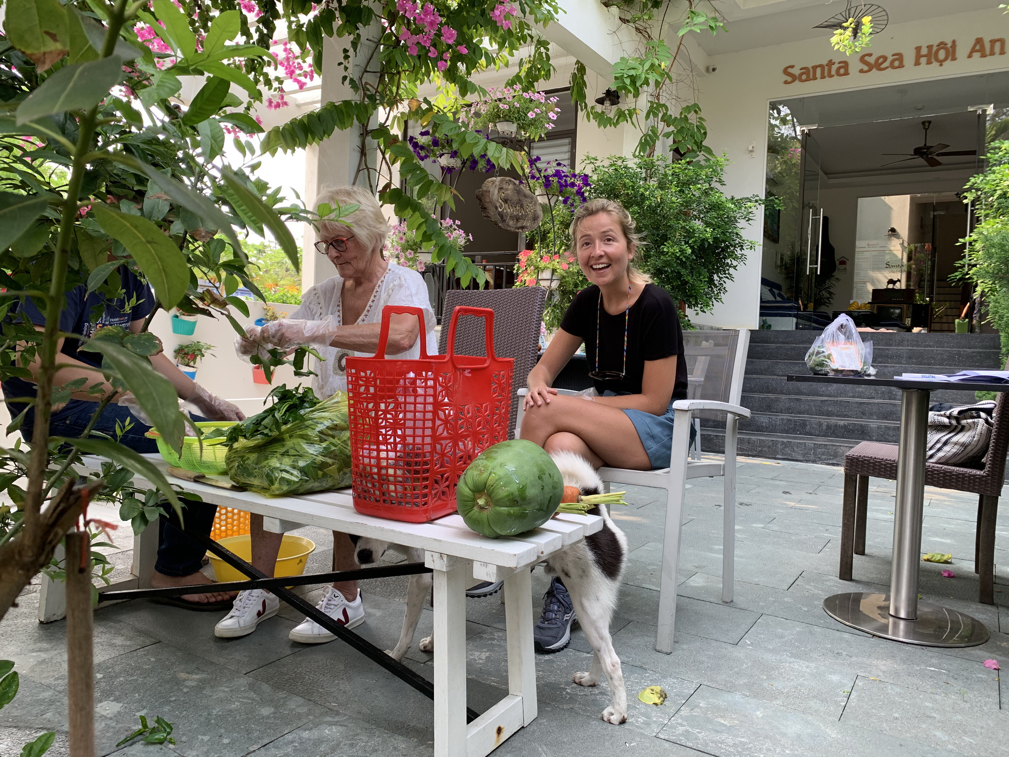 Visitors helps their accommodation owner prepare a meal in Hoi An City, Quang Nam Province, Vietnam. Photo: Quoc Viet / Tuoi Tre