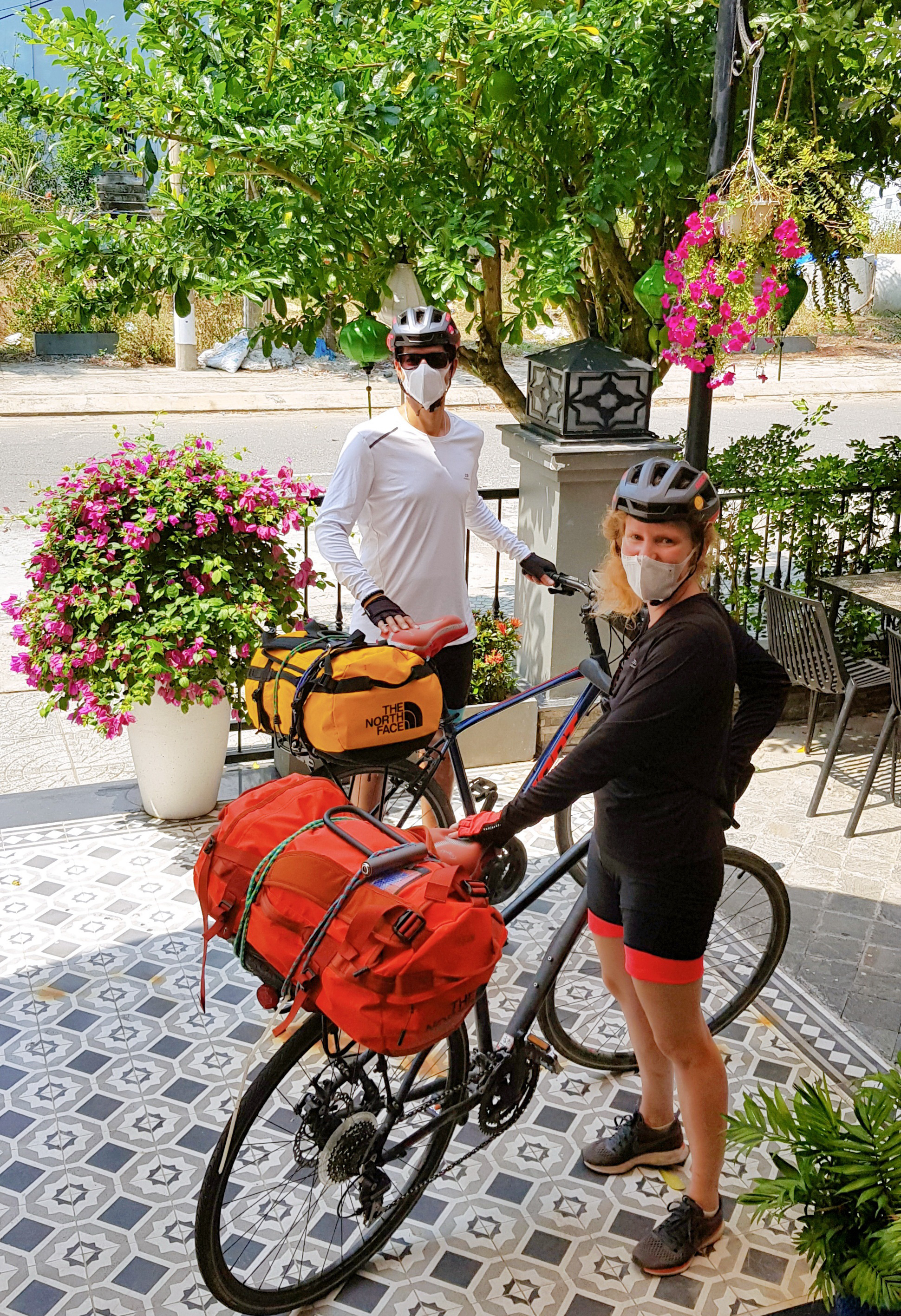 Swedish Kalbassi Christian Bahram (left) and his wife bid goodbye to their hosts after their stay at Sea Lavie Hoi An Resort & Spa in Hoi An City, Quang Nam Province, Vietnam. Photo: Quoc Viet / Tuoi Tre