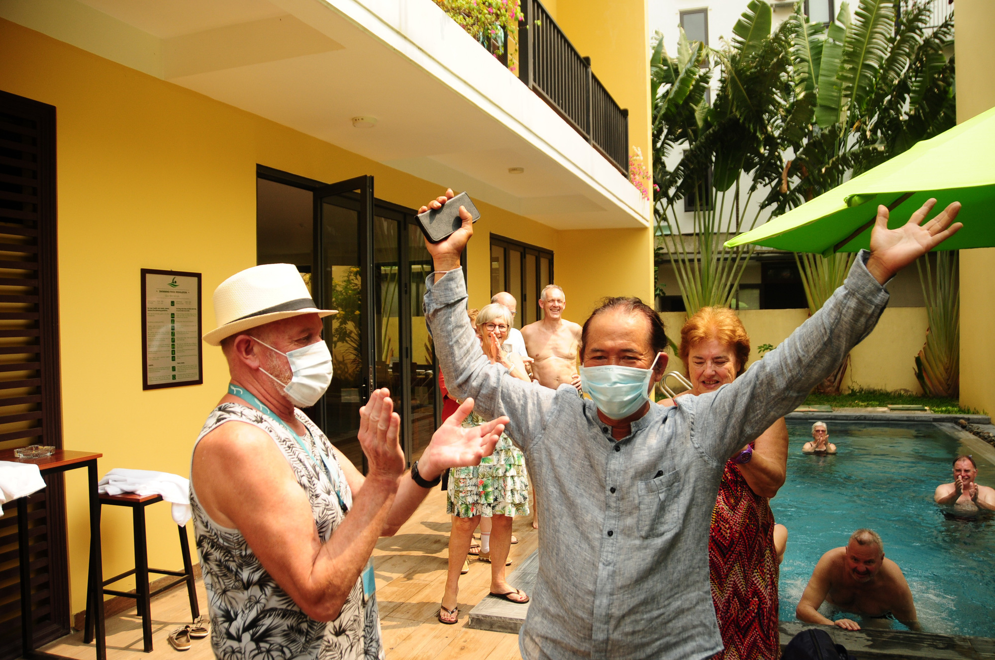 European tourists applaud the owner of Hoa Co homestay (right) for allotting the entire premises for quarantined visitors in Hoi An City, Quang Nam Province, Vietnam. Photo: Quoc Viet / Tuoi Tre