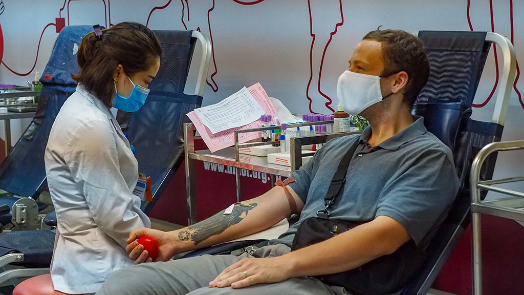 American teacher donates blood amid coronavirus-caused scarcity in Vietnam
