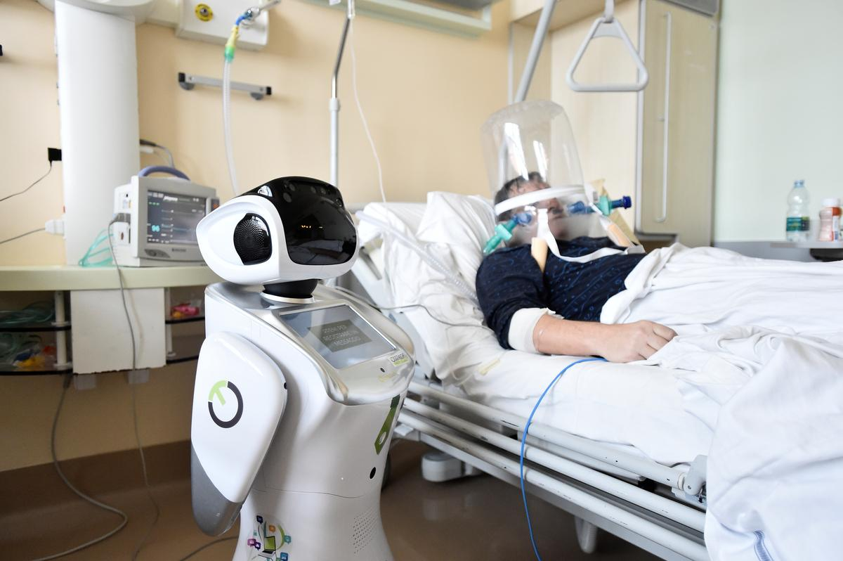A robot helping medical teams treat patients suffering from the coronavirus disease (COVID-19) is pictured at a patient's room, in the Circolo hospital, in Varese, Italy April 1, 2020. Photo: Reuters