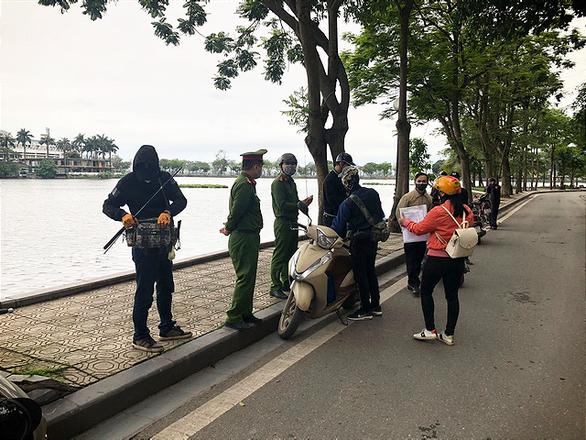 Hanoi fines three for leaving home under unnecessary circumstances despite COVID-19