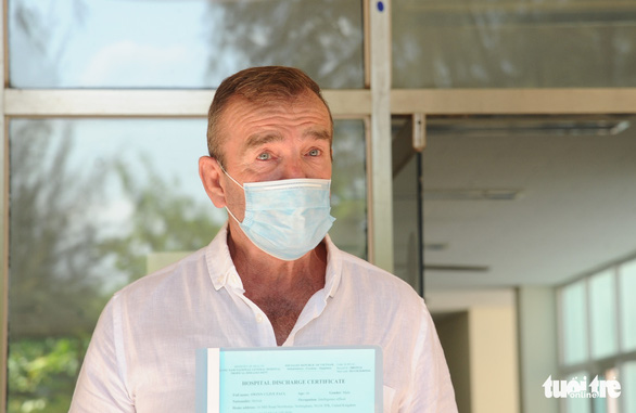 C.P.S. (R), a 66-year-old British COVID-19 patient, holds a discharge certificate at Quang Nam Central General Hospital in Quang Nam Province, Vietnam, April 5, 2020. Photo: Le Trung / Tuoi Tre