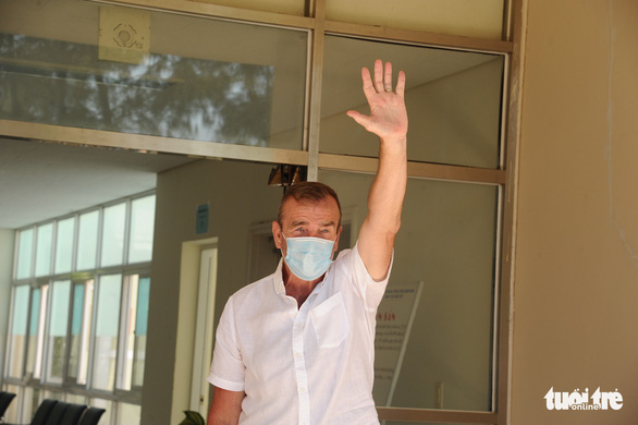 C.P.S., a 66-year-old British COVID-19 patient, gestures upon his discharge from Quang Nam Central General Hospital in Quang Nam Province, Vietnam, April 5, 2020. Photo: Le Trung / Tuoi Tre