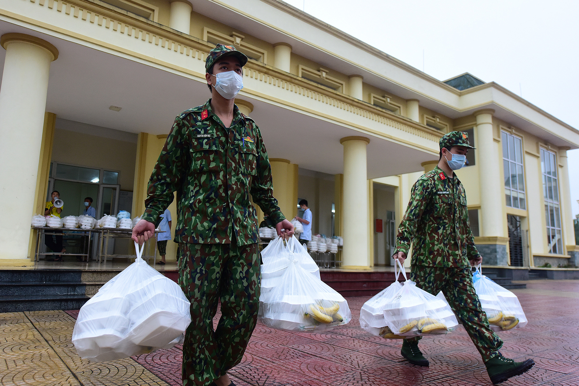 The Vietnamese military men keeping quarantined people well-fed and bouncing