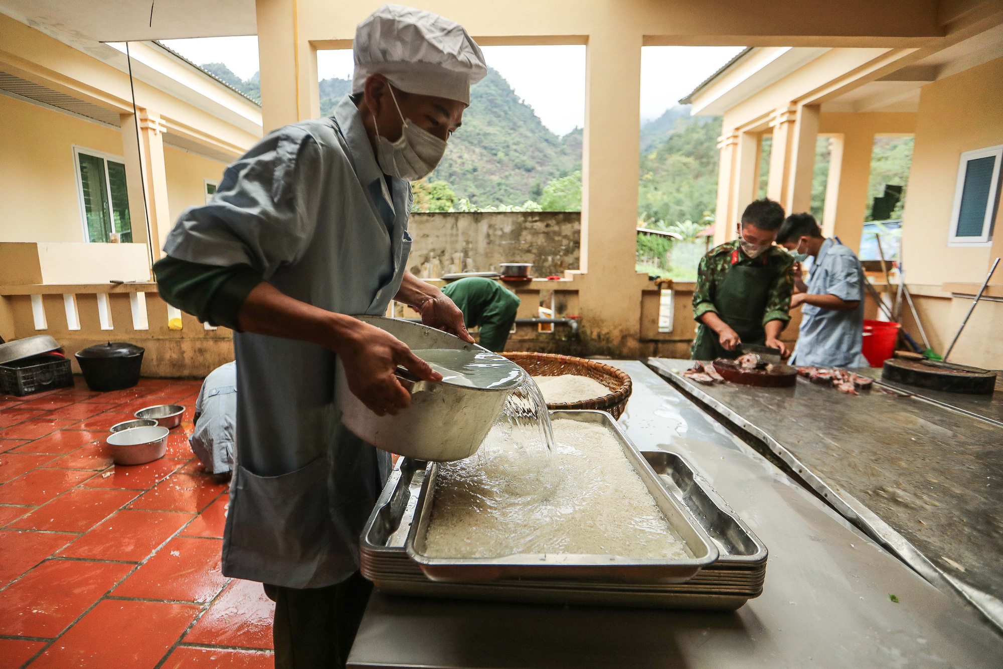 Military staff prepare dinner for quarantined people at Lao Cai Military School in the namesake province in northern Vietnam. Photo: Nguyen Khanh / Tuoi Tre