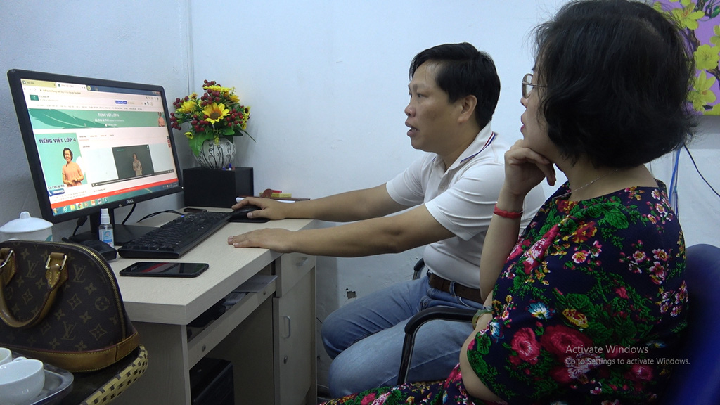 Le Minh Phan (left) is a chemistry teacher and runs an online teaching company. He and his teams have worked hard for the past month preparing their teaching platforms to serve teachers and parents. Photo: Tam Le / Tuoi Tre