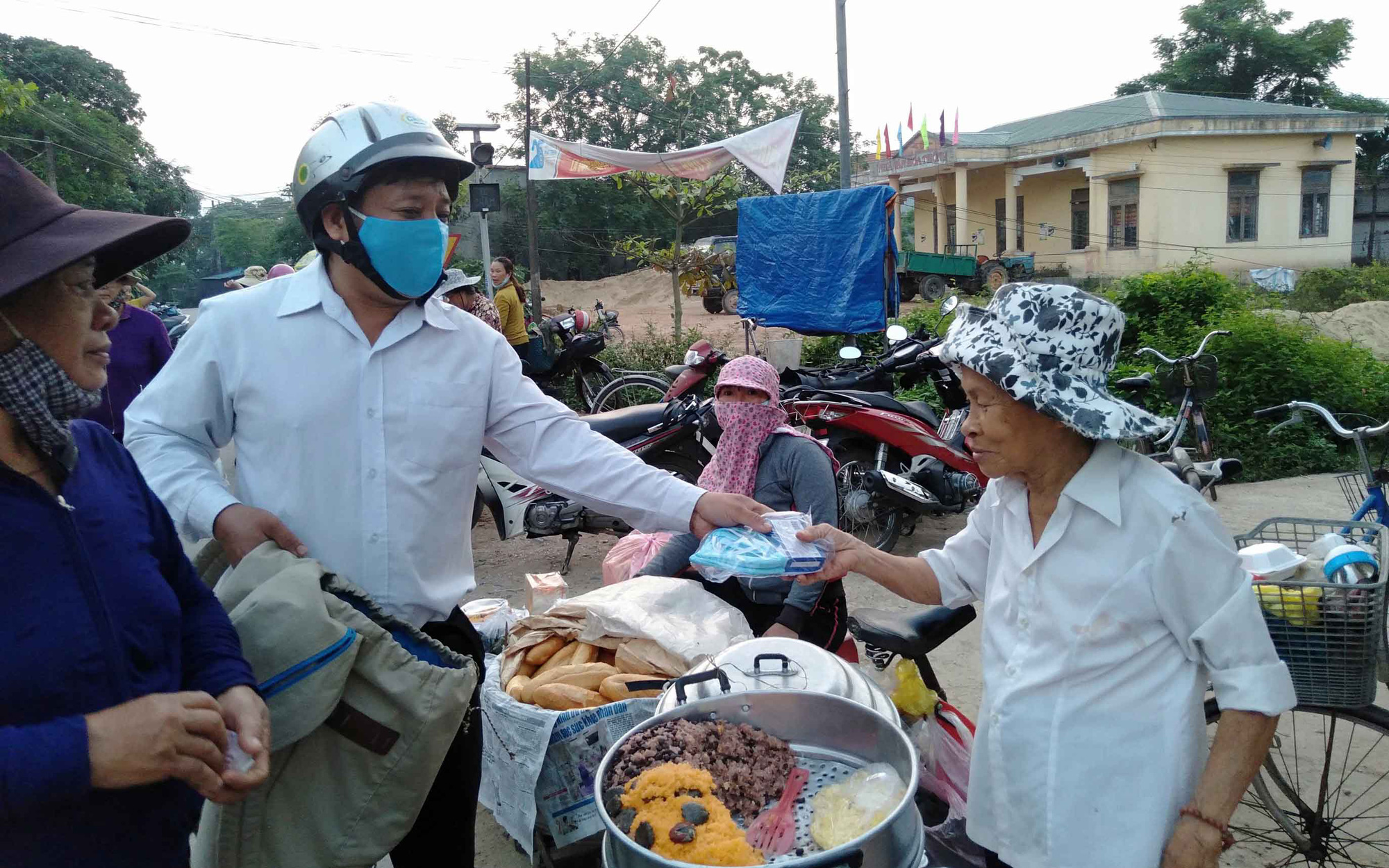 Communities in Vietnam reach out as fight against coronavirus goes on