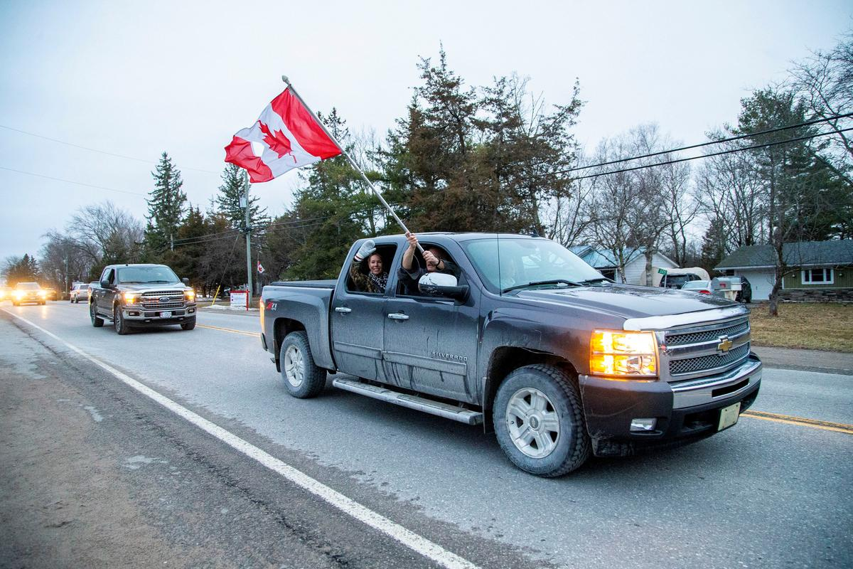 People from the community drive and honk their horns in support for Pinecrest Nursing Home after several residents died and dozens of staff were sickened by coronavirus disease (COVID-19) in Bobcaygeon, Ontario, Canada March 30, 2020. Photo: Reuters