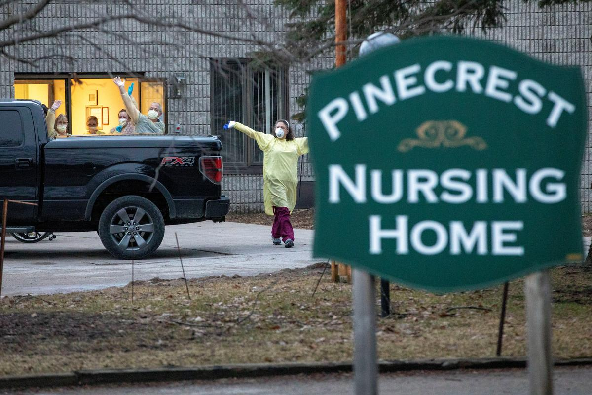 Workers wave at passing cars honking their horns in support for Pinecrest Nursing Home after several residents died and dozens of staff were sickened by coronavirus disease (COVID-19) in Bobcaygeon, Ontario, Canada March 30, 2020. Photo: Reuters