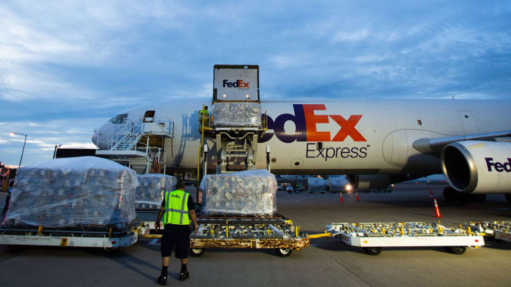 A FedEx aircraft carrying 450,000 protective suits lands in Dallas, Texas, the United States. Photo: FedEx