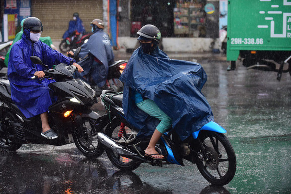 People ride motorbikes in the rain on Au Co Street in Tan Phu District, Ho Chi Minh City, April 9, 2020. Photo: Quang Dinh / Tuoi Tre