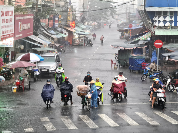 Commuters brave the rain on Bui Huu Nghia Street in Binh Thanh District, Ho Chi Minh City, April 9, 2020. Photo: Ngoc Hien / Tuoi Tre