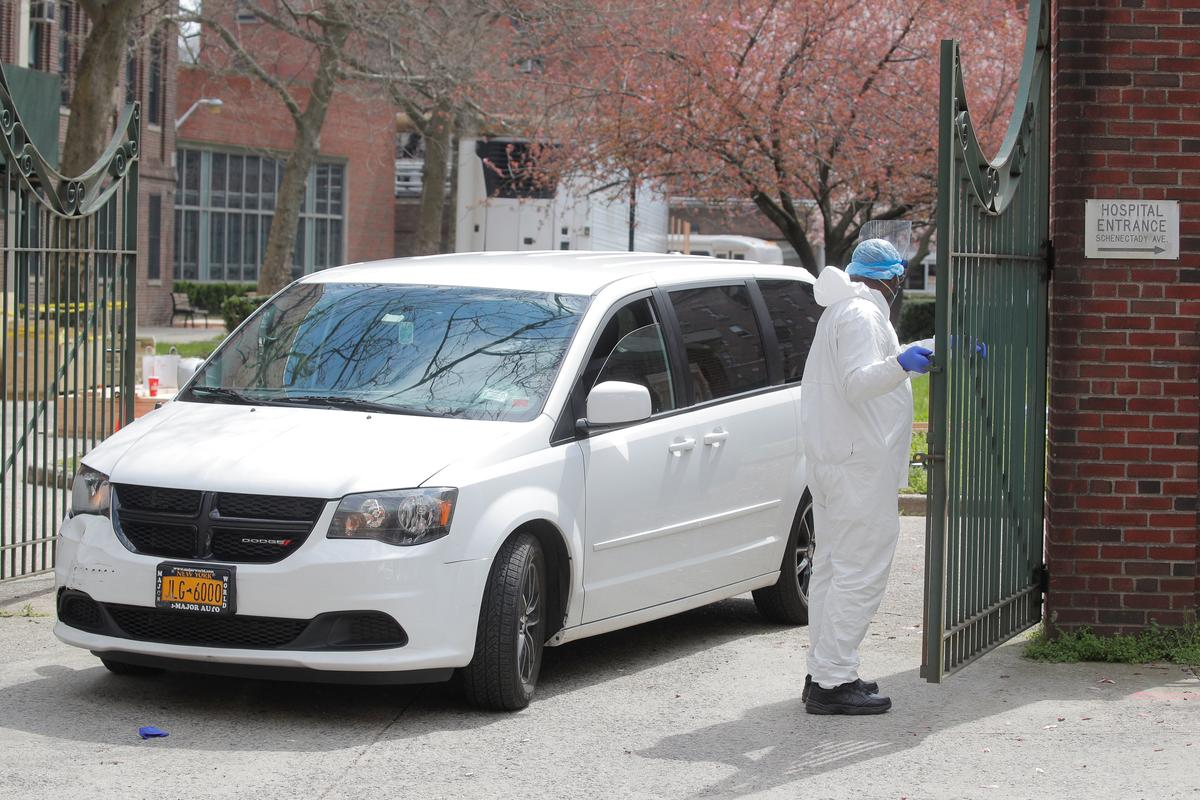 A van carrying the body of a deceased person exits Kingsbrook Jewish Medical Center during the outbreak of the coronavirus disease (COVID19) in the Brooklyn borough of New York, U.S., April 8, 2020. Photo: Reuters