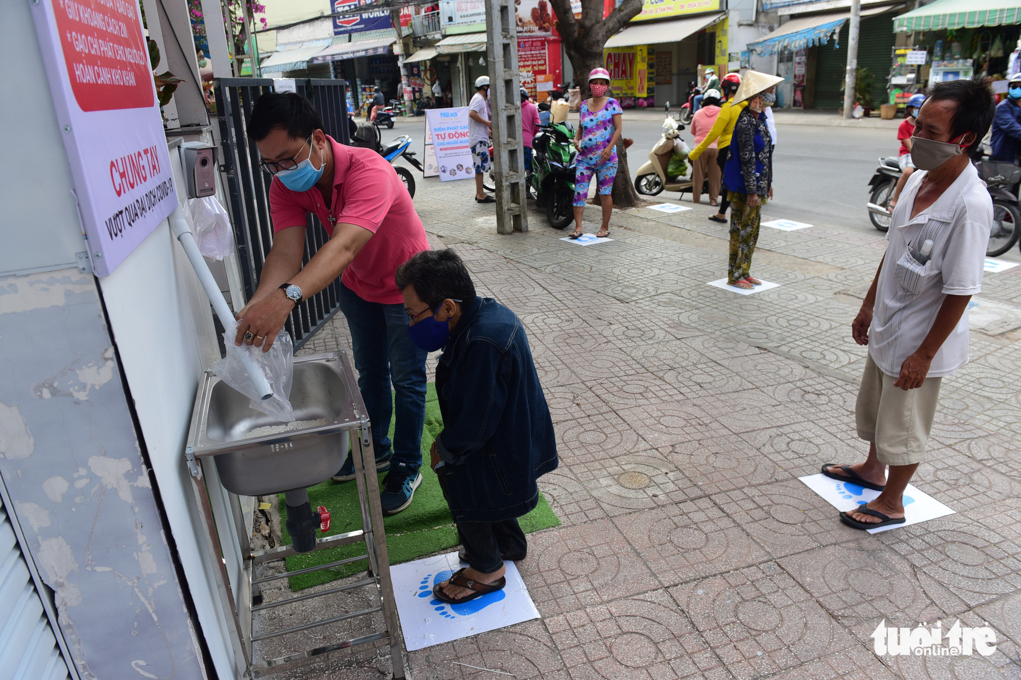 'Rice ATM' in Ho Chi Minh City overflows with compassion for those in need