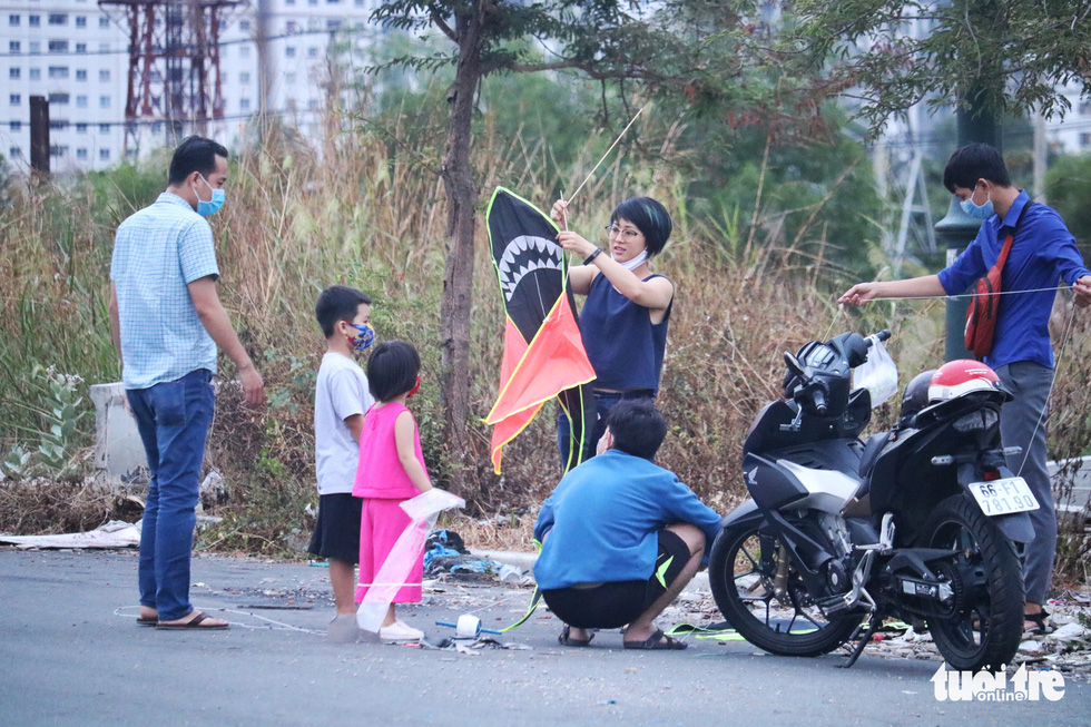 Saigoneseflout social distancing rules to go kite flying