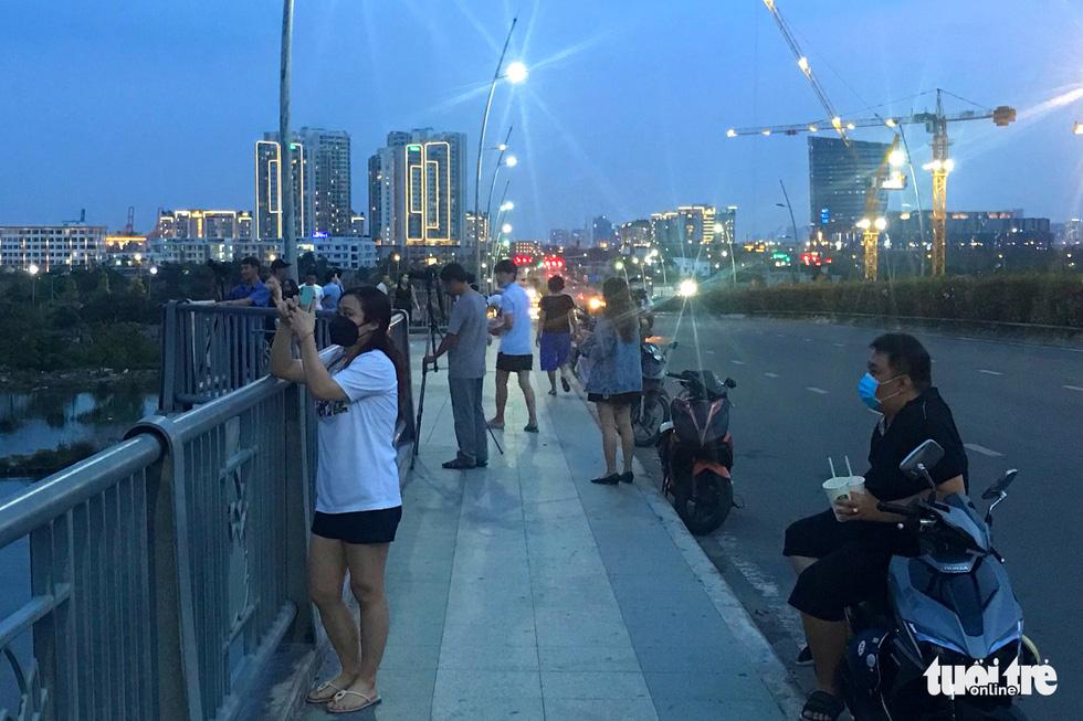 People gather on Thu Thiem Bridge to take photos in District 2, Ho Chi Minh City, April 12, 2020. Photo: Ngoc Phuong / Tuoi Tre