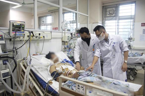 Vietnamese man survivesbeing pierced byiron rod after falling from high scaffolding