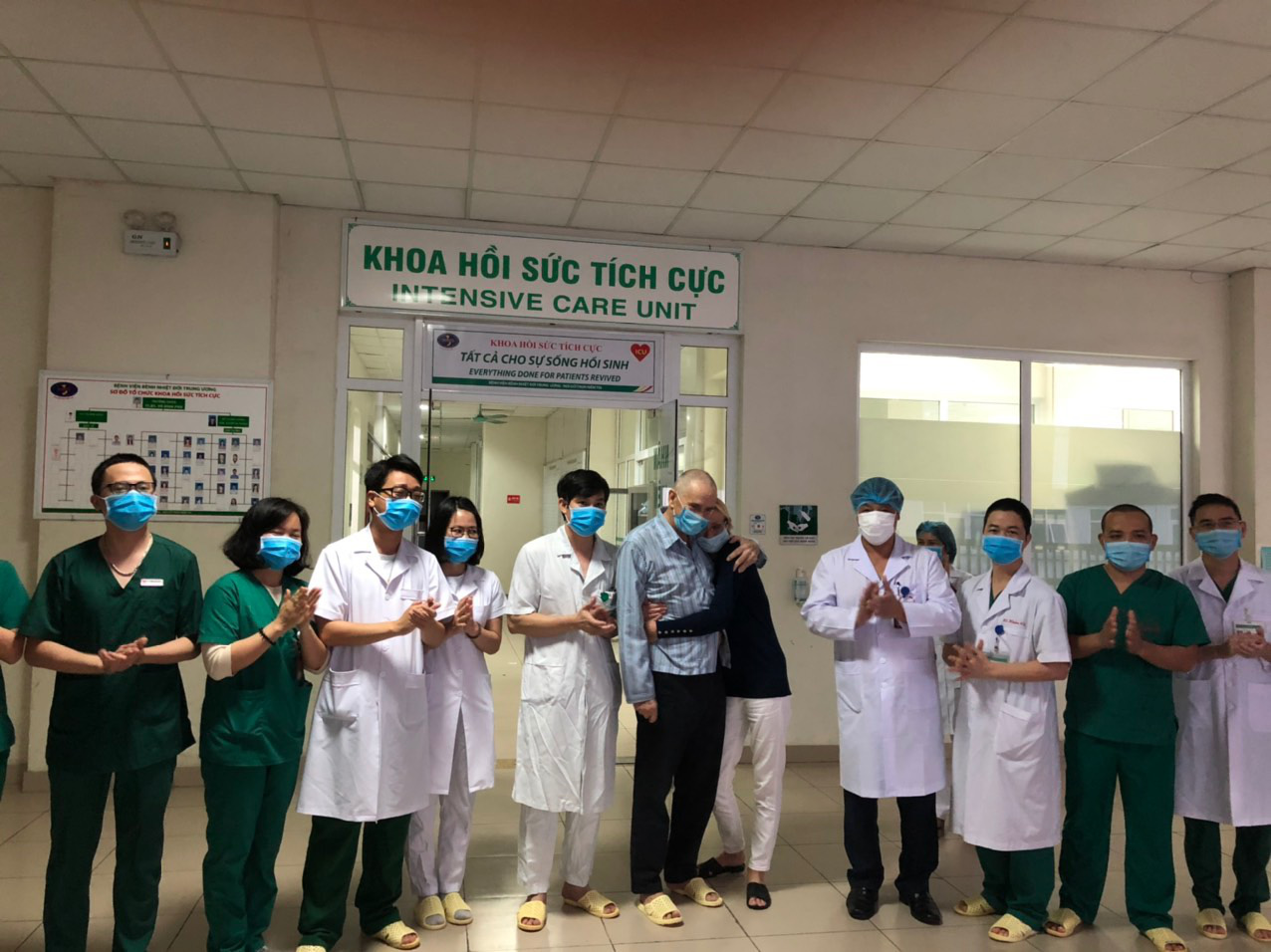 74-yo Briton recovers from critical condition after COVID-19 treatment in Hanoi