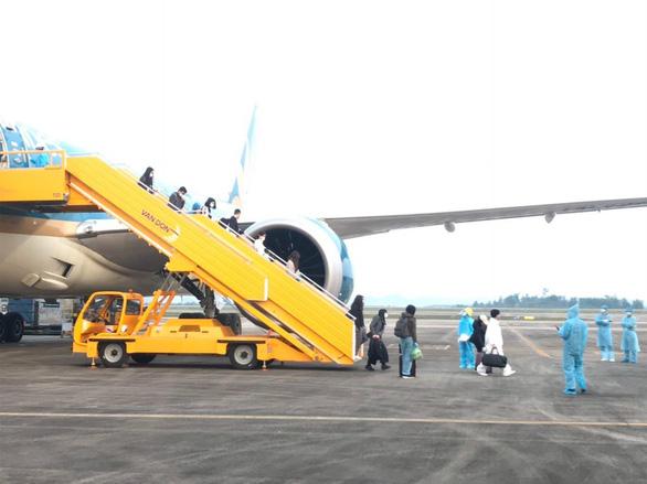 93 Vietnamese arrive home from UK aboard Vietnam Airlines flight