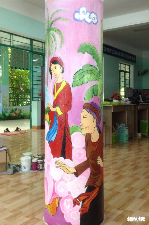 A mural by art teacher Truong Hoang Thanh on a library pillar features a Vietnamese folk tale at Nui Thanh Elementary School in Da Nang City, Vietnam. Photo: D.C. / Tuoi Tre