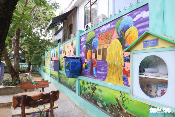 Art teacher Truong Hoang Thanh's 'Childhood Garden' mural project features Vietnamese folk games at Nui Thanh Elementary School in Da Nang City, Vietnam. Photo: D.C. / Tuoi Tre