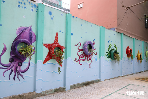 Art teacher Truong Hoang Thanh's murals feature ocean animals made from old car tires at Nui Thanh Elementary School in Da Nang City, Vietnam. Photo: D.C. / Tuoi Tre