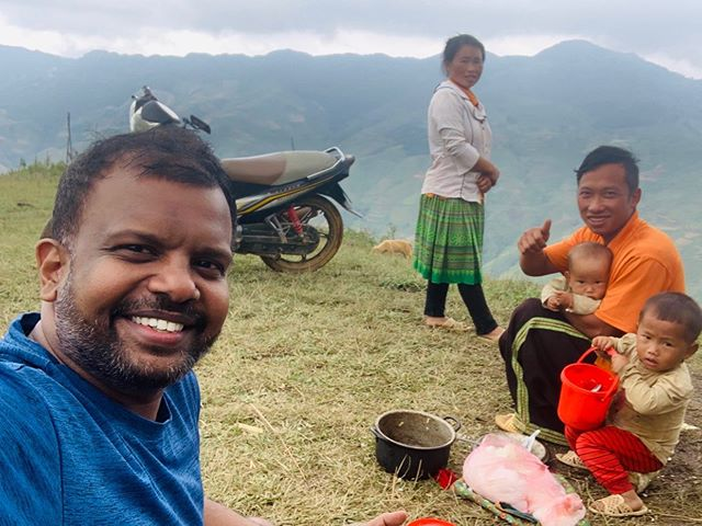 Prabu Mohan (L) is seen posing for a picture with local people in the mountainous commune of Ta Xua during his trip to Son La northern province. Photo: Supplied
