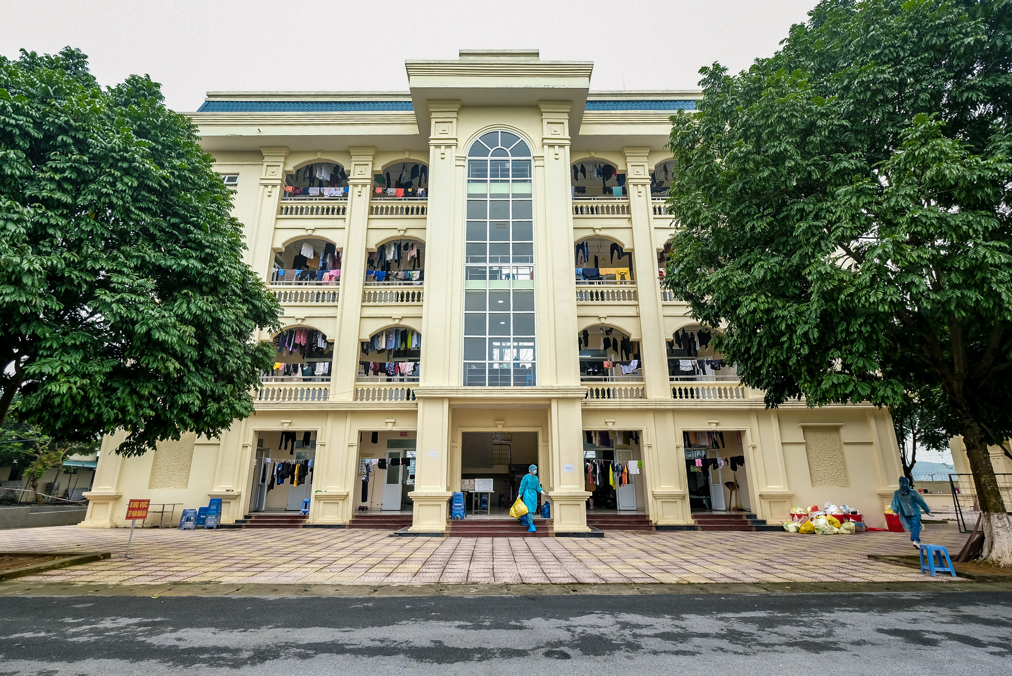 A three-floor building used to isolate people returning from South Korea at a COVID-19 quarantine facility in Hanoi, Vietnam. Photo: Nam Tran / Tuoi Tre