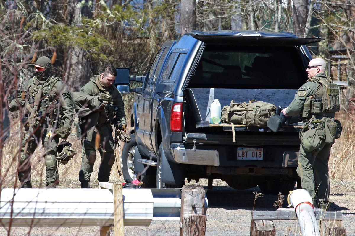 Royal Canadian Mounted Police (RCMP) members pack up after the search for Gabriel Wortman in Great Village, Nova Scotia, Canada April 19, 2020. Photo: Reuters