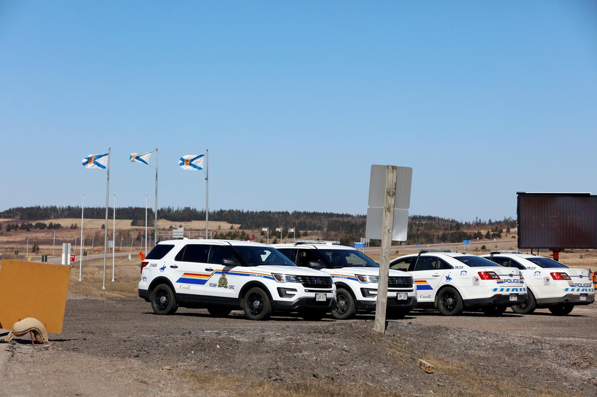 Royal Canadian Mounted Police (RCMP) monitor the TransCanada Highway while searching for Gabriel Wortman, who they describe as a shooter of multiple victims, near Fort Lawrence, Nova Scotia, Canada April 19, 2020. Photo: Reuters