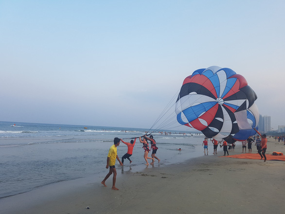 Da Nang reopens some commercial businesses, allows beach-going