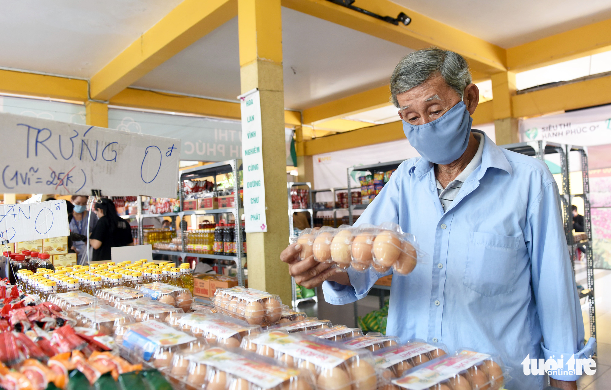 Local resident Chu Van Tai picks basic necessities at the 'Zero-VND Happy Supermarket' located at Vinh Nghiem Pagoda in District 3, Ho Chi Minh City, Vietnam. Photo: Duyen Phan / Tuoi Tre