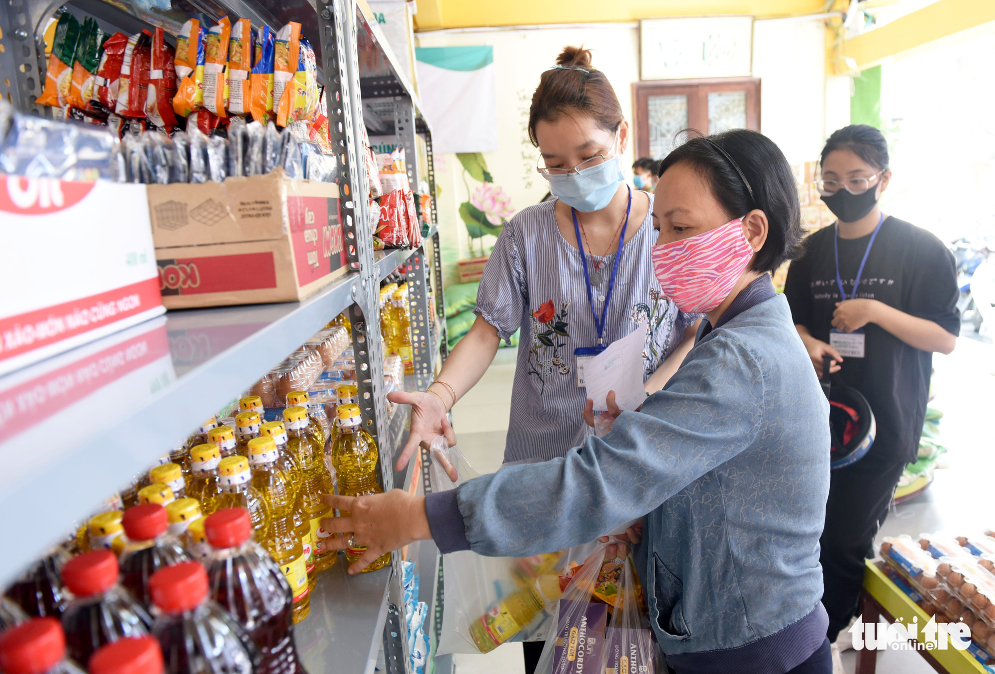 Customers in need get access to basic necessities at the 'Zero-VND Happy Supermarket' located at Vinh Nghiem Pagoda in District 3, Ho Chi Minh City, Vietnam. Photo: Duyen Phan / Tuoi Tre