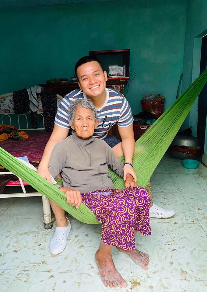 Luu Nguyen visits a lonely elderly woman in this supplied photo.