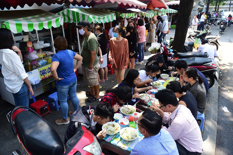 Ho Chi Minh City food safety agency issues criteria for eateries in new social distancing phase