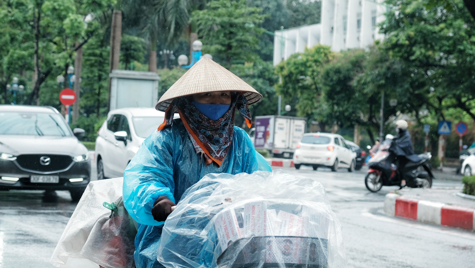 Kim Anh, a street vendor, is back on the street to make a living after COVID-19 social distancing measures were relaxed in Hanoi, Vietnam. Photo: Mai Thuong / Tuoi Tre