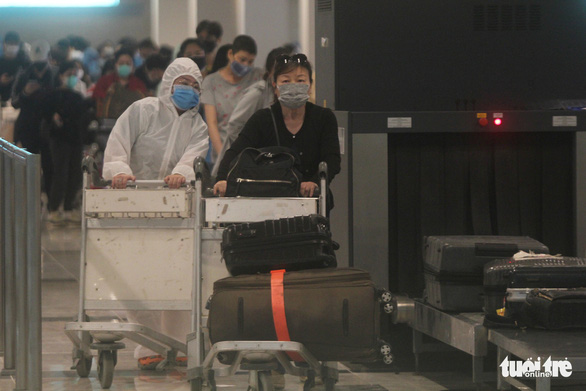 Passengers of a flight bringing 215 Vietnamese citizens home from Singapore arrive at Can Tho International Airport in the namesake Mekong Delta city, Vietnam, April 24, 2020. Photo: Chi Quoc / Tuoi Tre