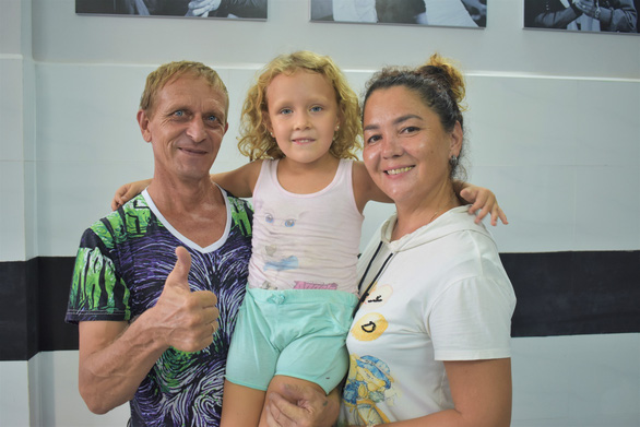 Russian couple hosts compatriots stranded in Vietnam due to COVID-19