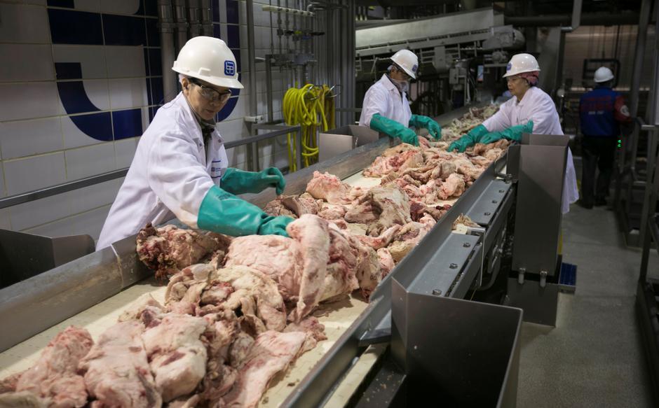 Trump orders U.S. meat-processing plants to stay open despite coronavirus fears