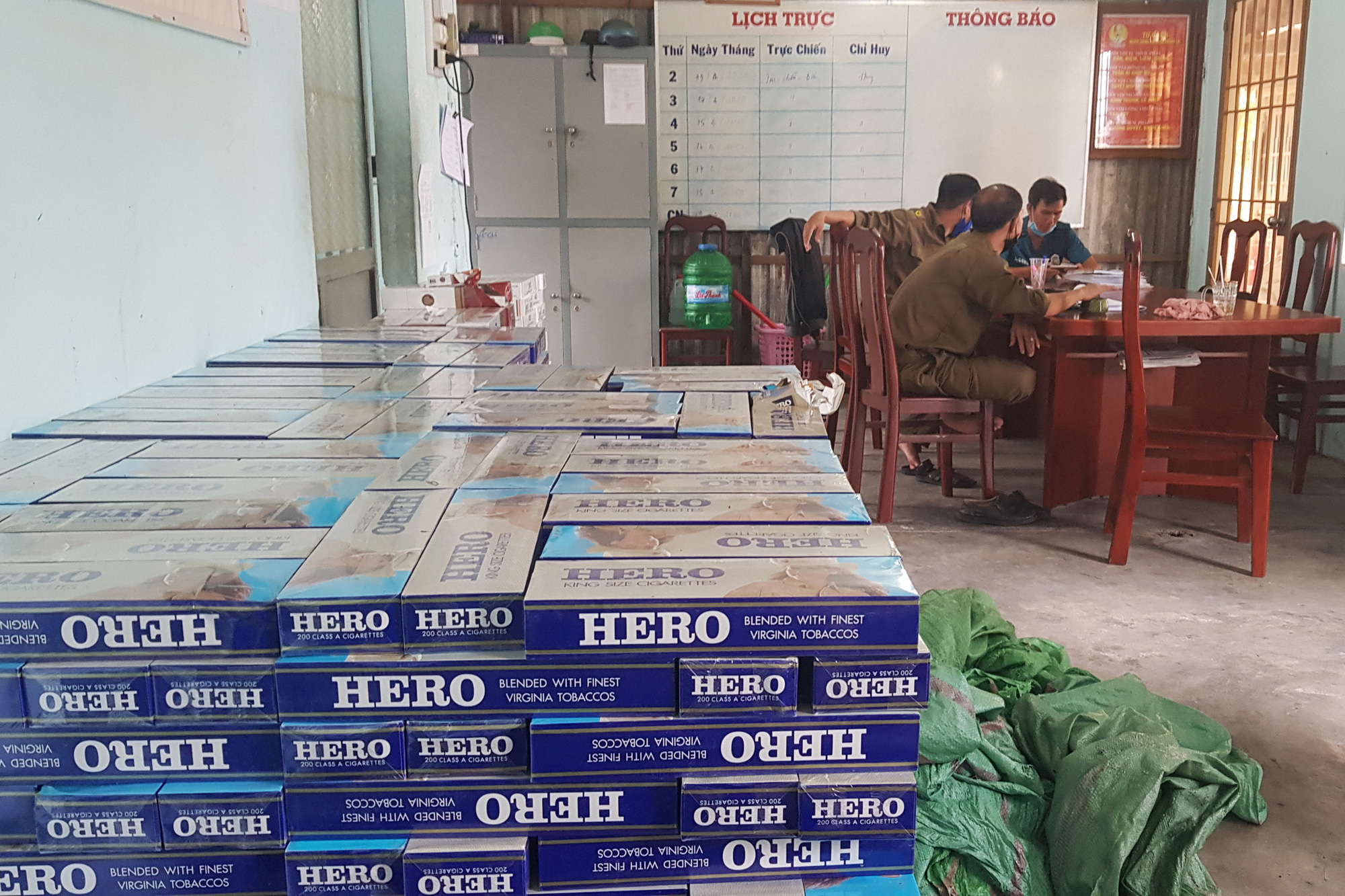 Five officials injured in clash with over 200 cigarette smugglers in southern Vietnam