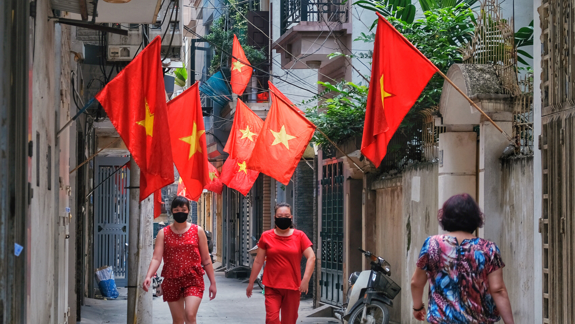 Hanoi, Ho Chi Minh City brighten up on 45th anniversary of Reunification Day